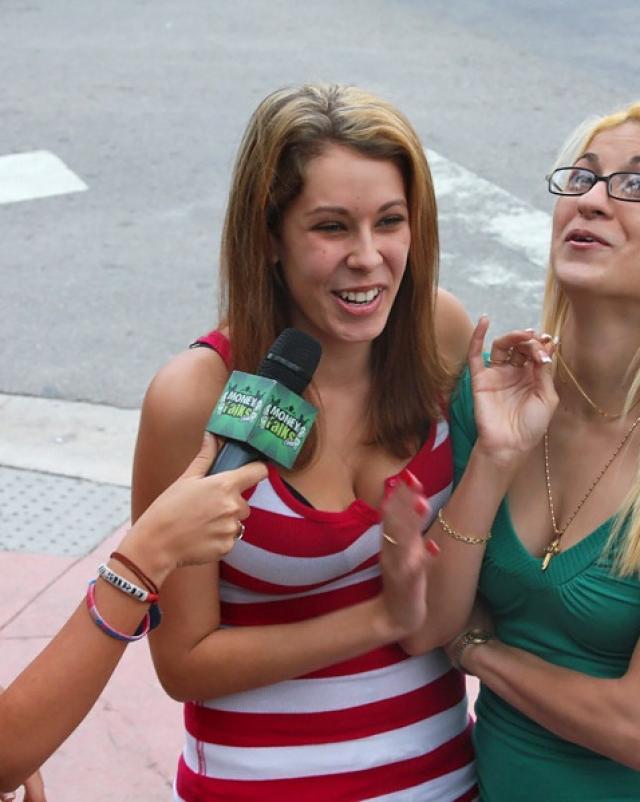 Молодые девушки лижут письки и сосут члены за деньги