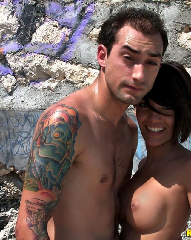 Чужая женушка в бикини потрахалась на пляже за оплату