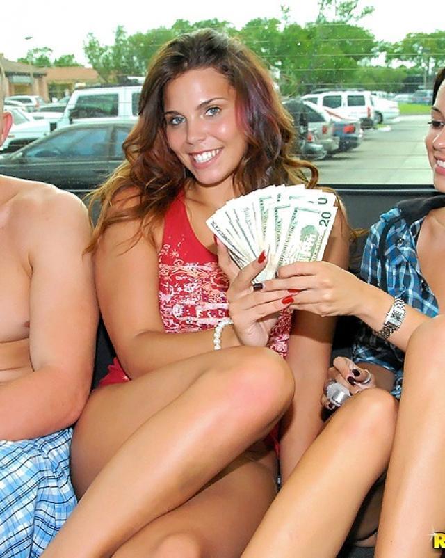 Молодые девушки играют в секс за деньги в машине