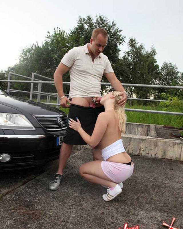 Раскрепощенная блондинка за деньги отдалась на капоте машины