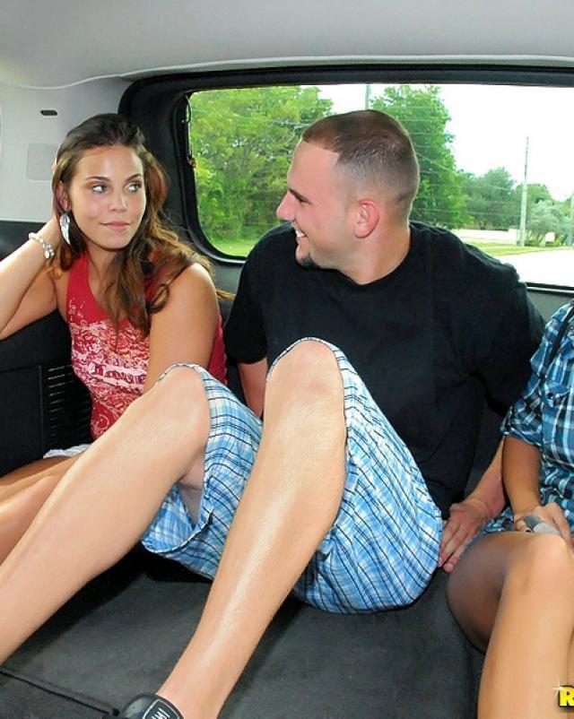 Подруги сосут член в машине