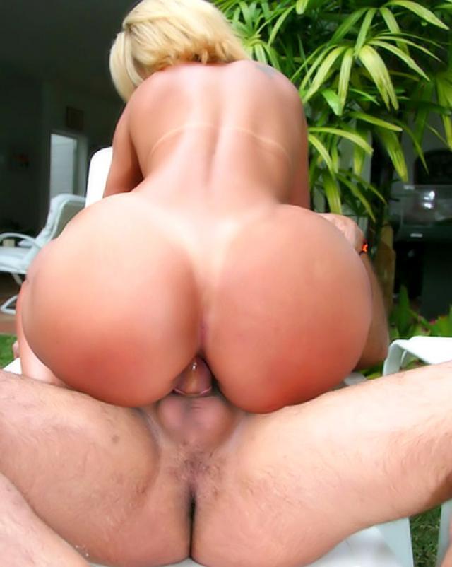 Бразильянка с огромной жопой трахается в романтичном местечке
