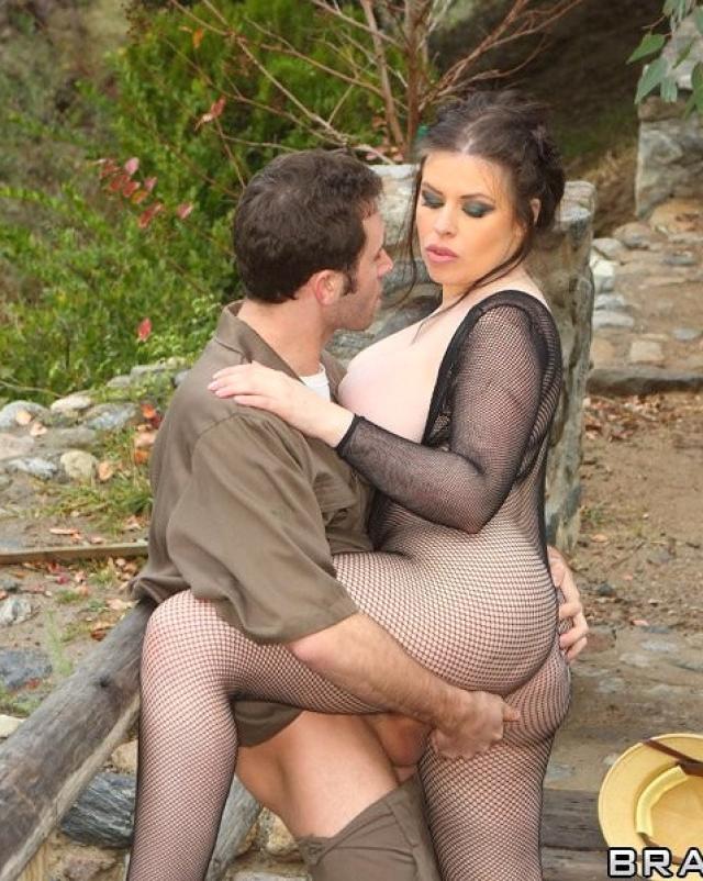 Мамочка в сетке грациозно трахается бывшим мужем на природе