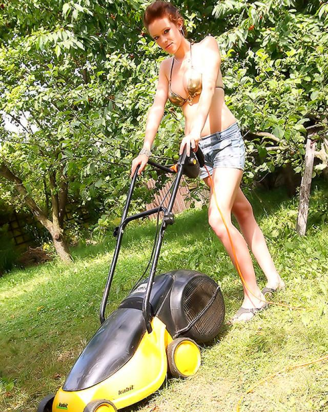 Садовник оттрахал шлюху в бикини в красивом саду