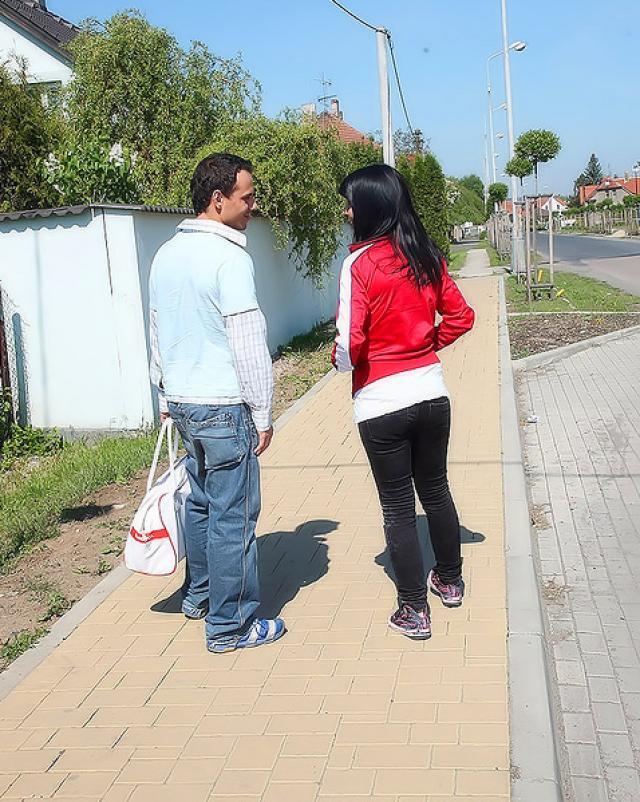 Парень снял сучку на автобусной остановке