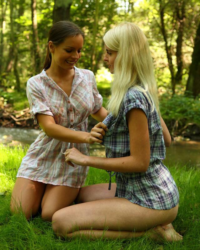 Две сучки забавляются в лесочке