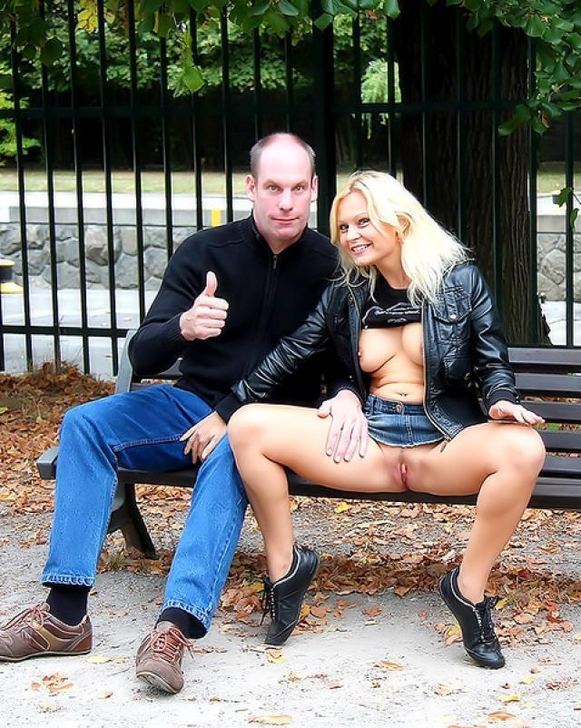 Сексуальная блондиночка показывает сиськи и трахается с мужем на улице