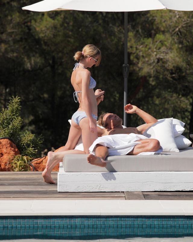 Муж трахает жену в жопу