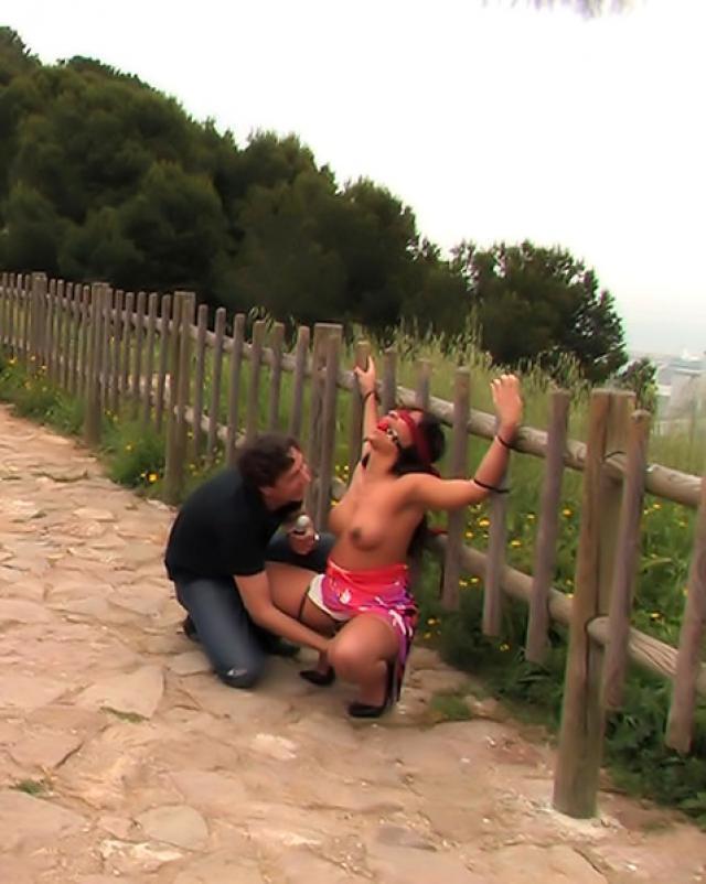 Мужлан трахает дешевую проститутку в публичных местах