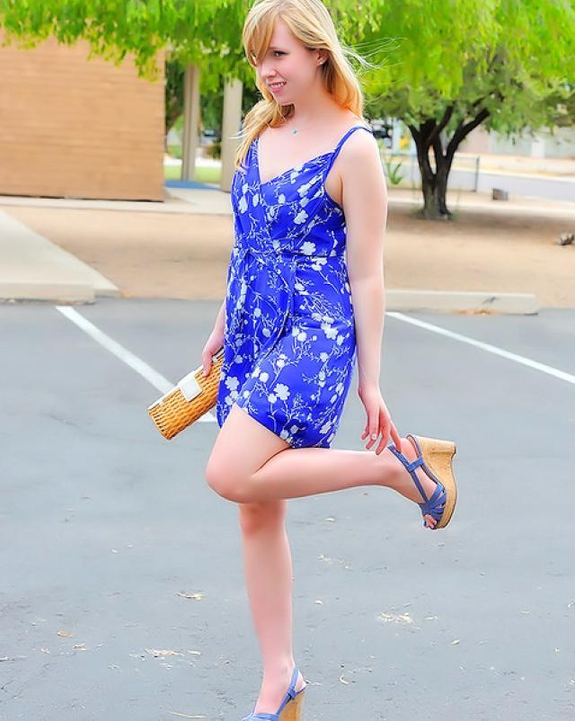 Юная шалунья в голубом платье мастурбировала на летней улице