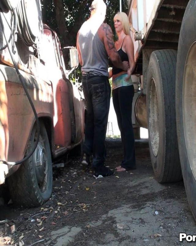 Зрелая блондиночка трахается с озабоченным мужиком на парковке