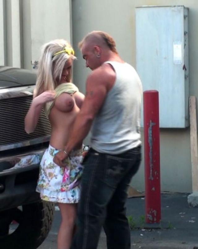 Мускулистый мужчина нагло оттрахал проститутку возле стоянки