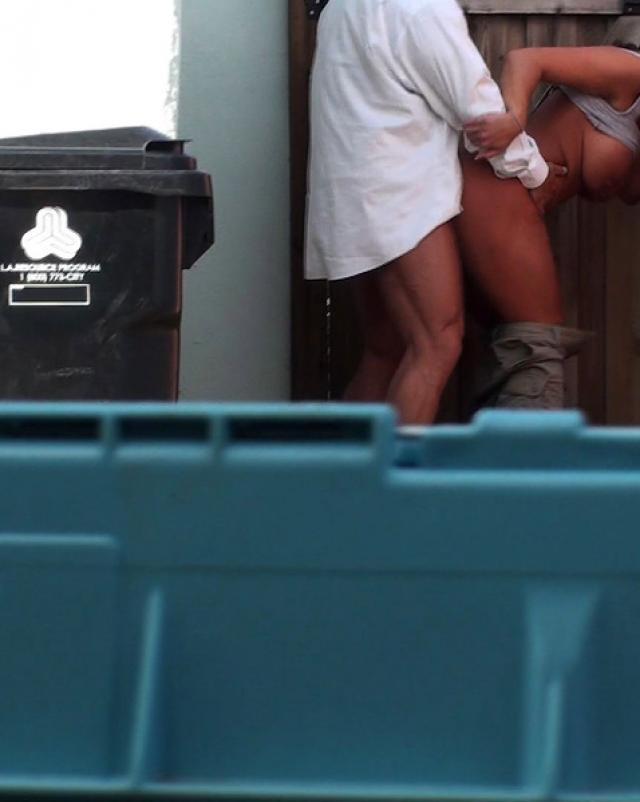 Публичное порно фото на улице с хулиганистой брюнеткой