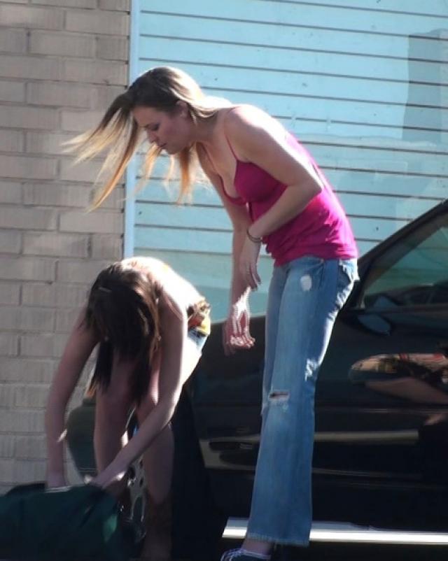 Парень прикольнулся над девушками показав им хуй
