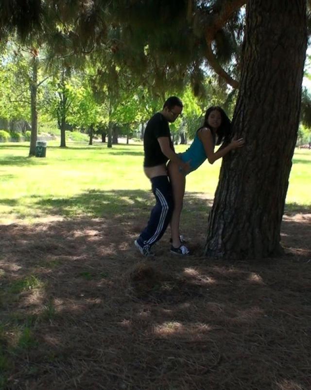 Верная подружка отсосала член и трахнулась в парке