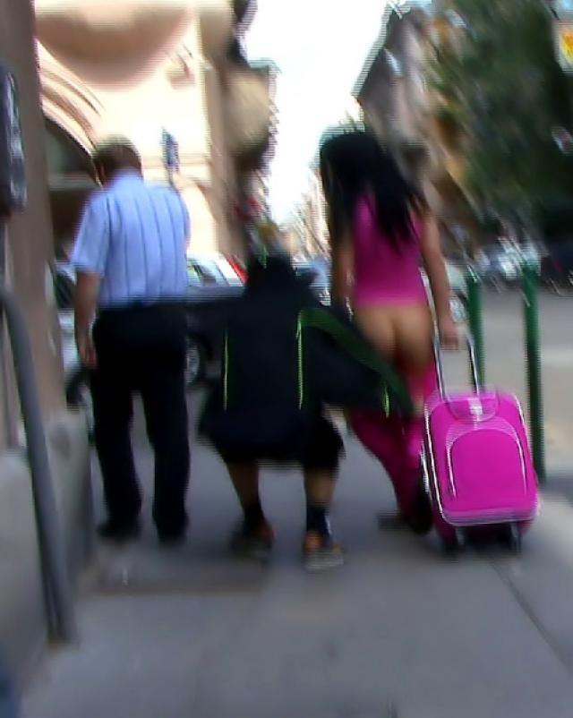 Подлый паренек резко раздевает молодых девушек на улице