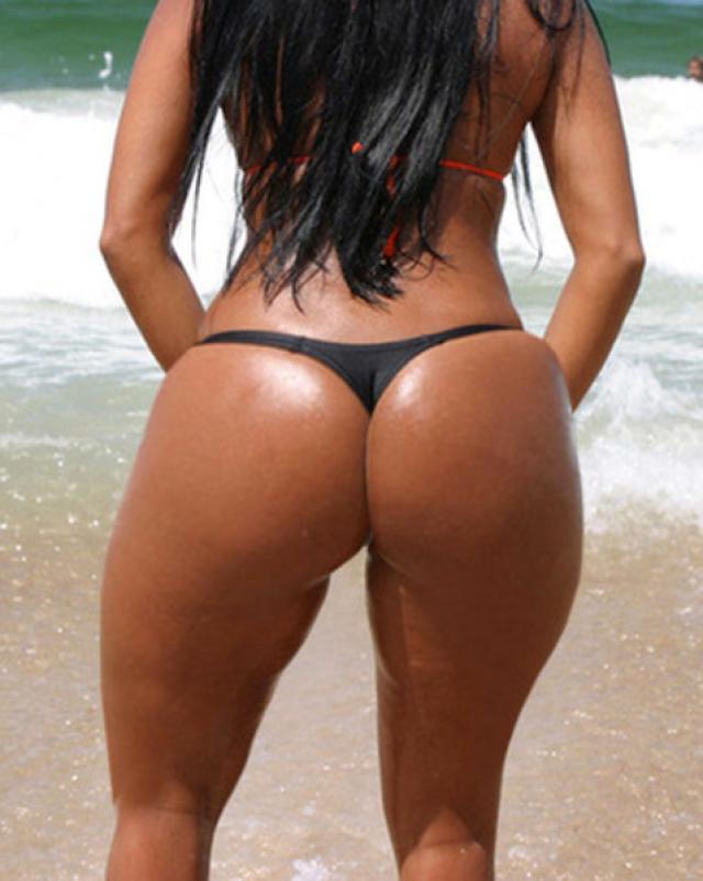 Латинка с мокрой и красивой задницей жарилась на пляже