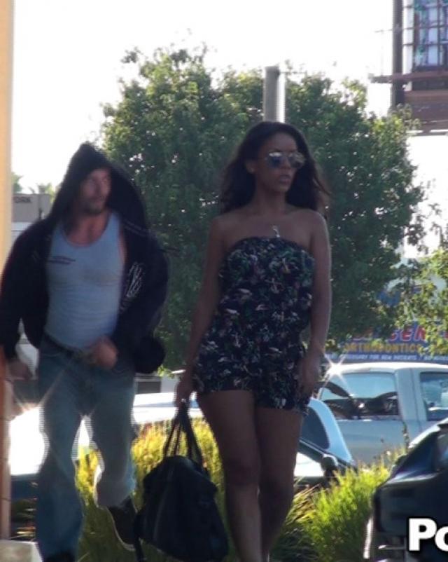 Брюнетка в летнем платье разделась на улице до сисек