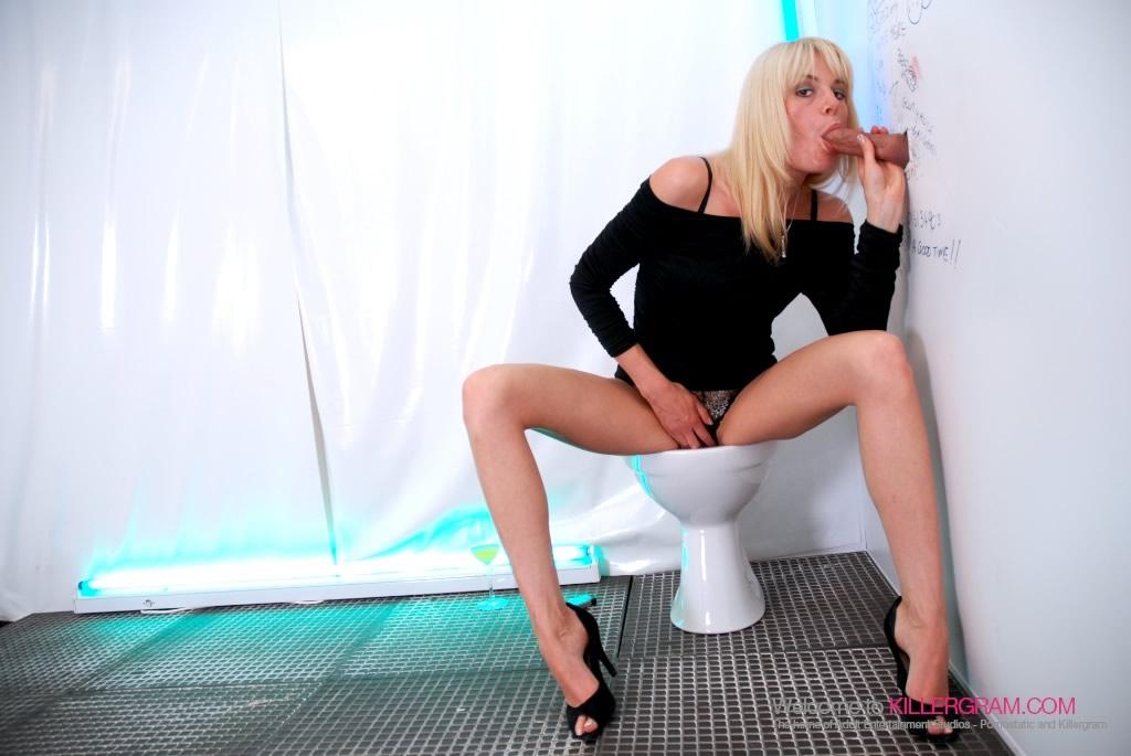 Девушка на высоких каблуках берет в рот за деньги