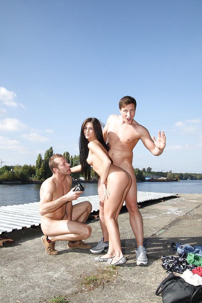 Двое пикаперов трахают смелую девушку прямо на набережной