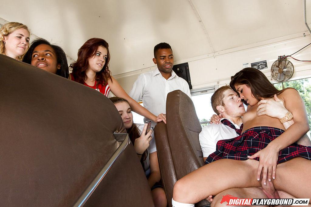 Развратная шлюшка трахается с парнем в полном автобусе