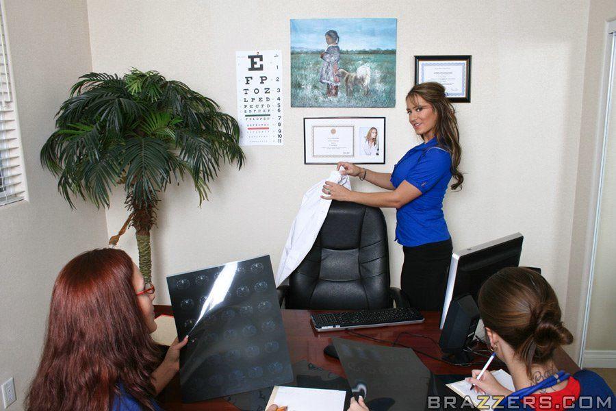 Порно фото сиськастая врачиха лечит трахом чернокожего пациента