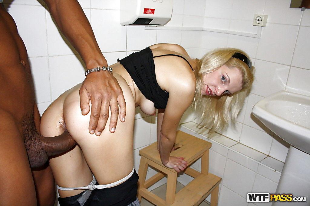 Бесстыжая блондинка согласилась принять в жопу за деньги