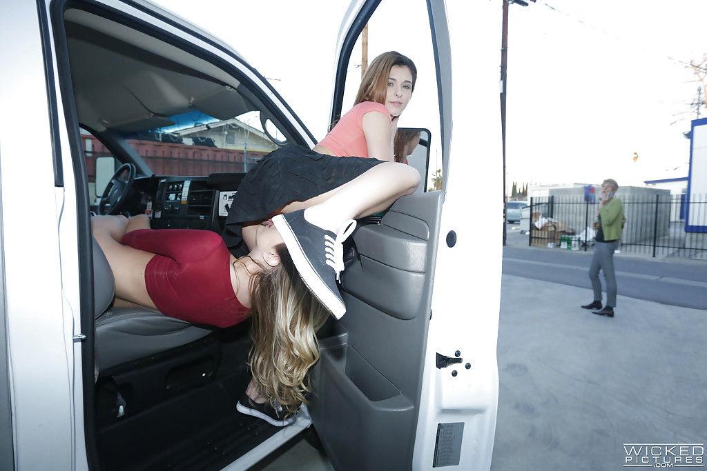 Две девушки согласились трахнуться на улице за наличные
