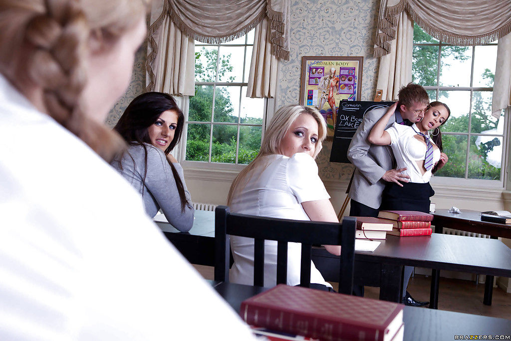 Студентка трахается в зад с преподавателем ради стипендии