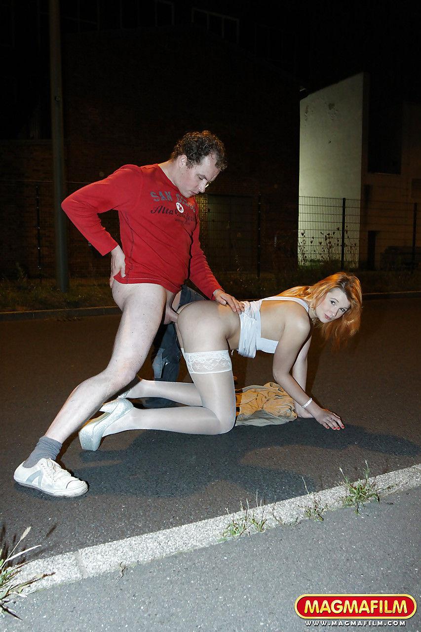 Шлюха в белых чулках трахается на улице со спермой на лицо