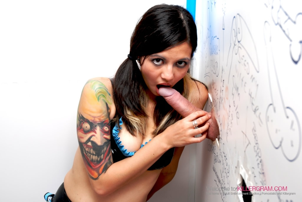 Татуированная шлюха ебется в туалетной кабинке