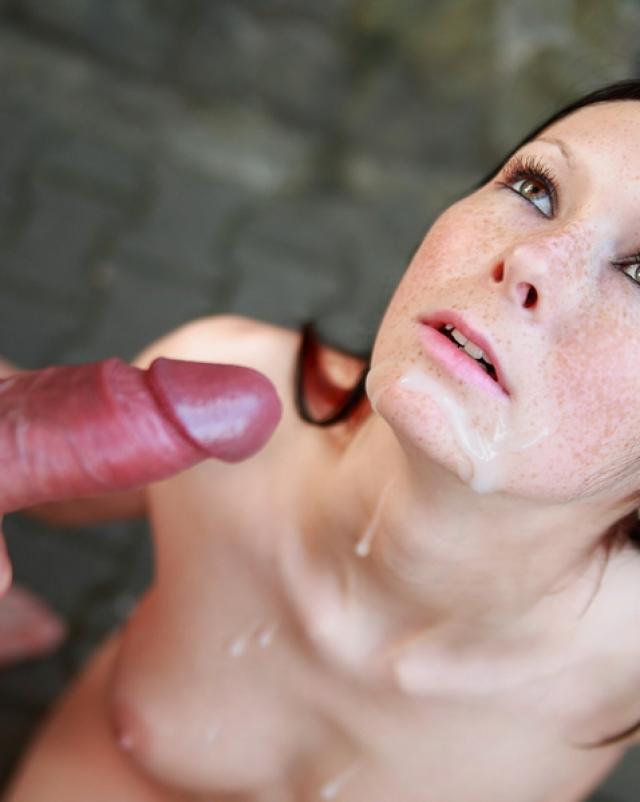 Парень кончает на милое лицо девушки посреди природы
