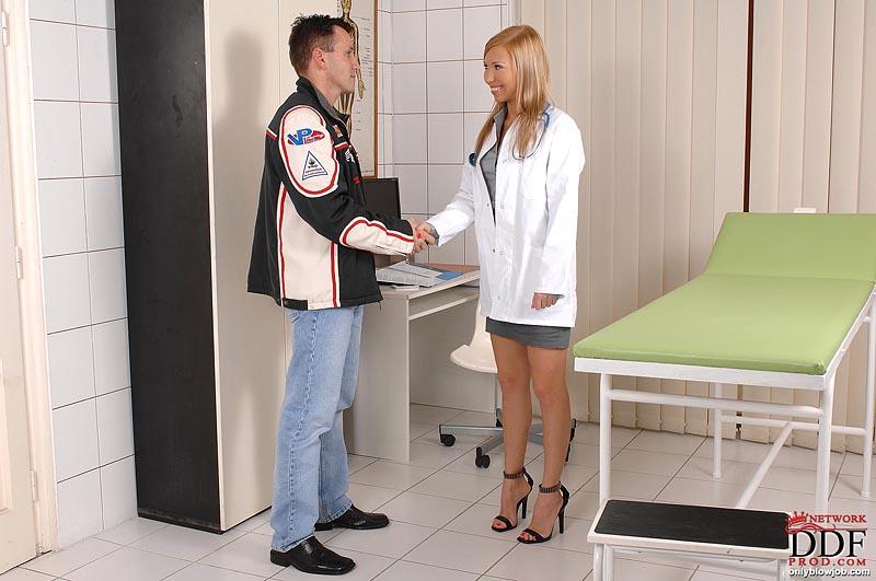 Сладкая медсестра подрабатывает отсосом члена