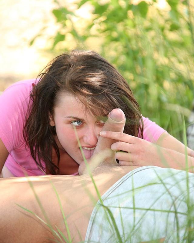 Молодая жена сосет член незнакомца и трахается с ним на природе