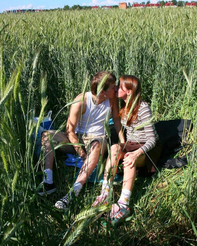 Парень трахает деревенскую девушку средь поля