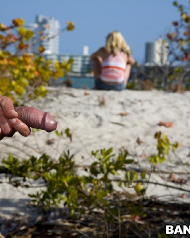 Татуированная девка трахается в жопу посреди природы