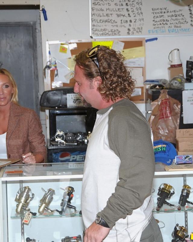 Обнаглевший продавец оттрахал блондинистую милфу на рыбалке