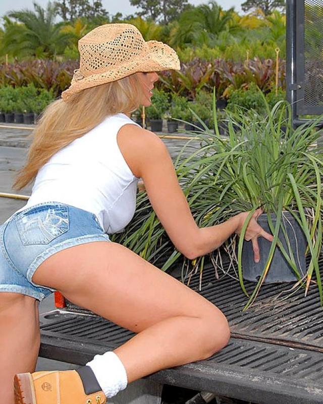 Голубоглазая Юлия Анн знойно трахалась в киску среди садов