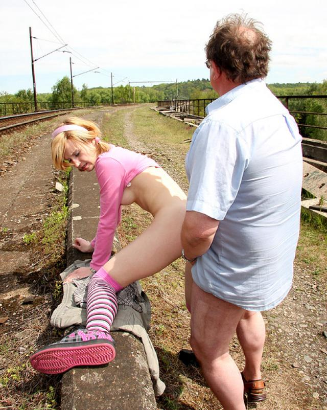 Блондиночка в чулках сделала минет старику на природе