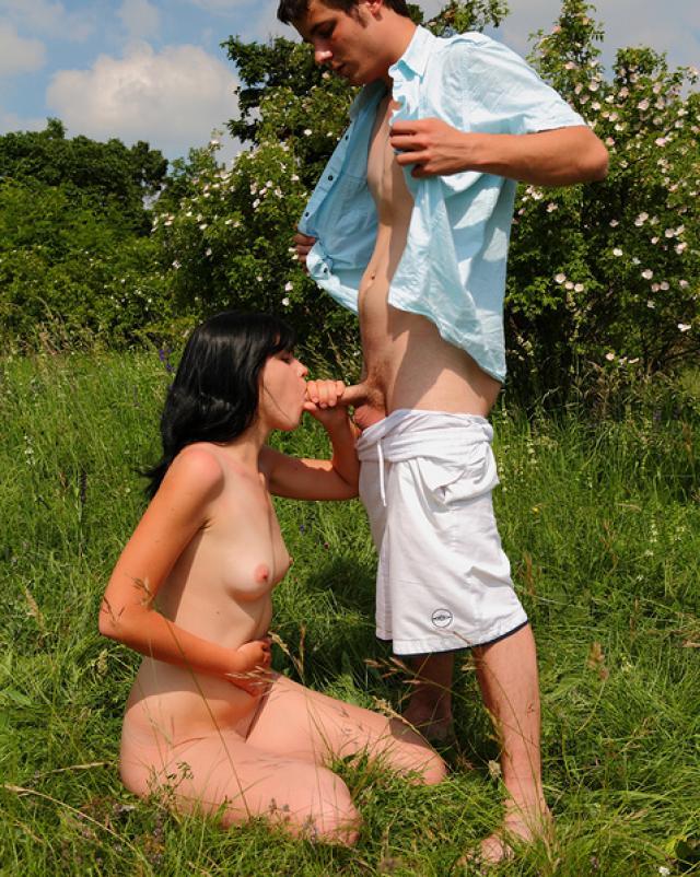 Парень трахает сучку-незнакомку в парке