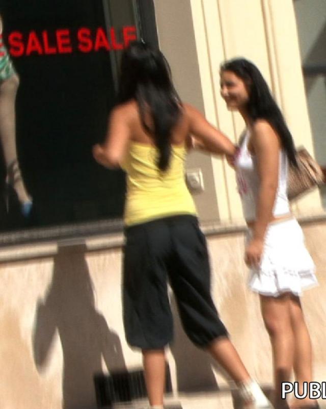 Молодая брюнетка на спор разделась до трусиков на улице
