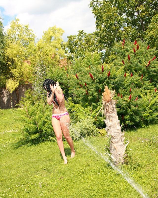 Молодая брюнетка показала сиськи и дала себя выебать на природе