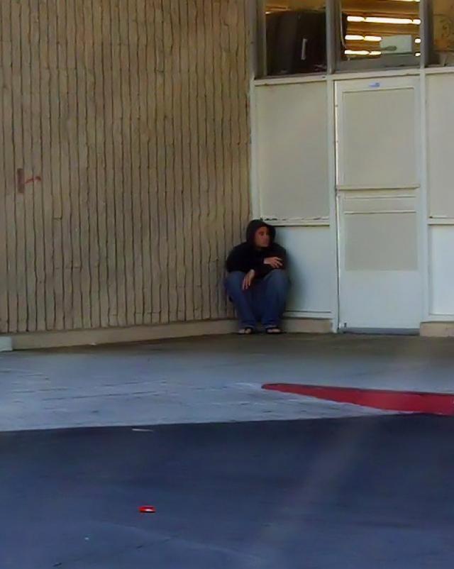 Мужчина из супермаркета раздел случайную девушку на публике