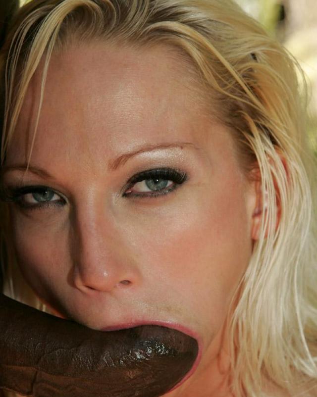 Бурный секс любвеобильной блондинки с красивыми глазами на природе