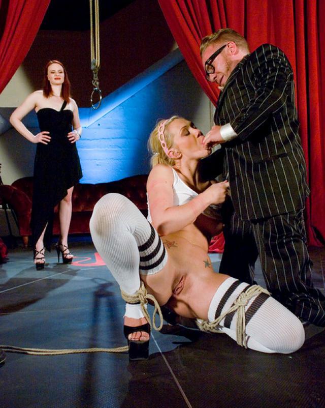 Блондинка в бондаже получает обильный трах на публике