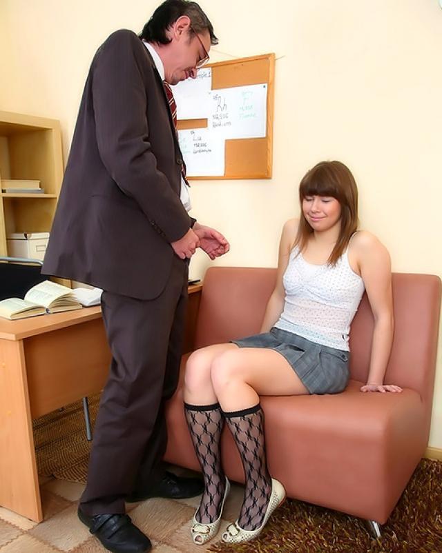 Девушка с упругими сиськами играет с отцом в учителя и студентку