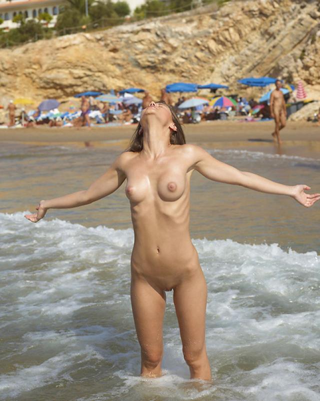 18-летняя красавица развлекается на нудистком пляже