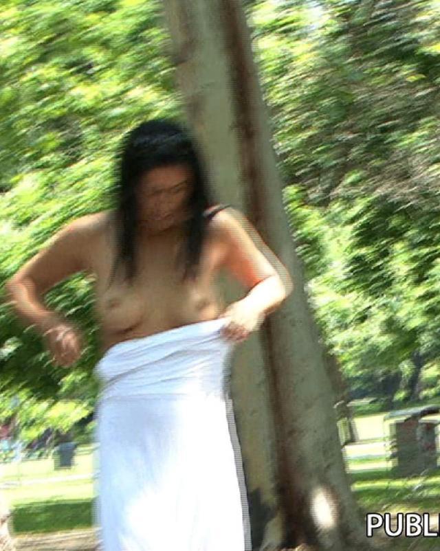 Парень сфотографировал сиськи молодой брюнетки в парке