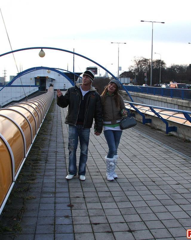 Влюбленные студенты побаловались сексом на публичном мосте