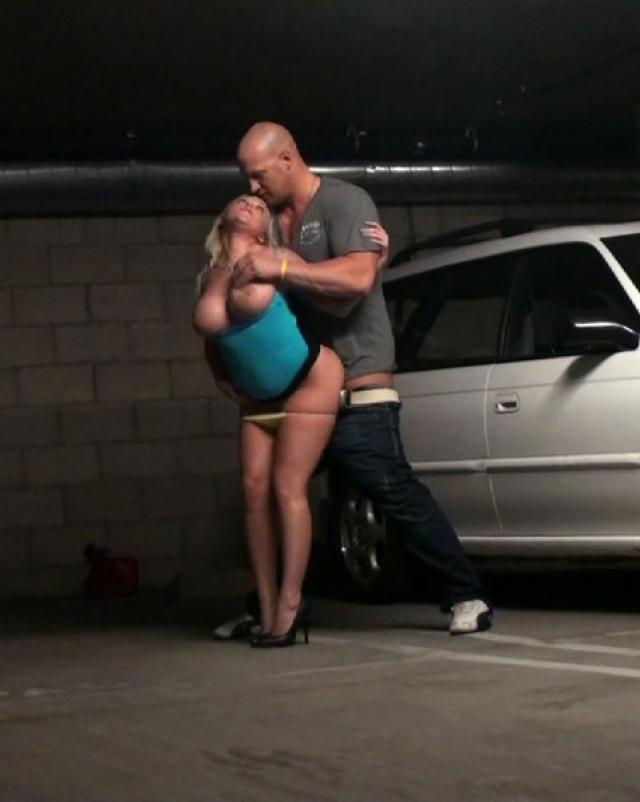 Блондинка с тату отсосала член на подземной парковке